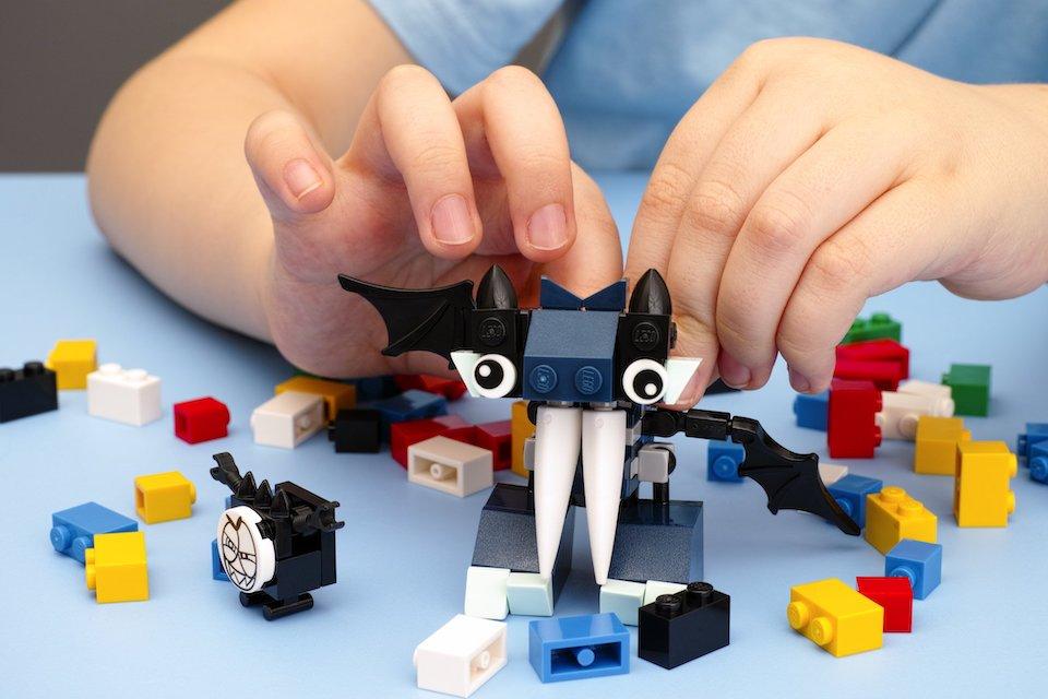 kid playing with legos spatial reasoning